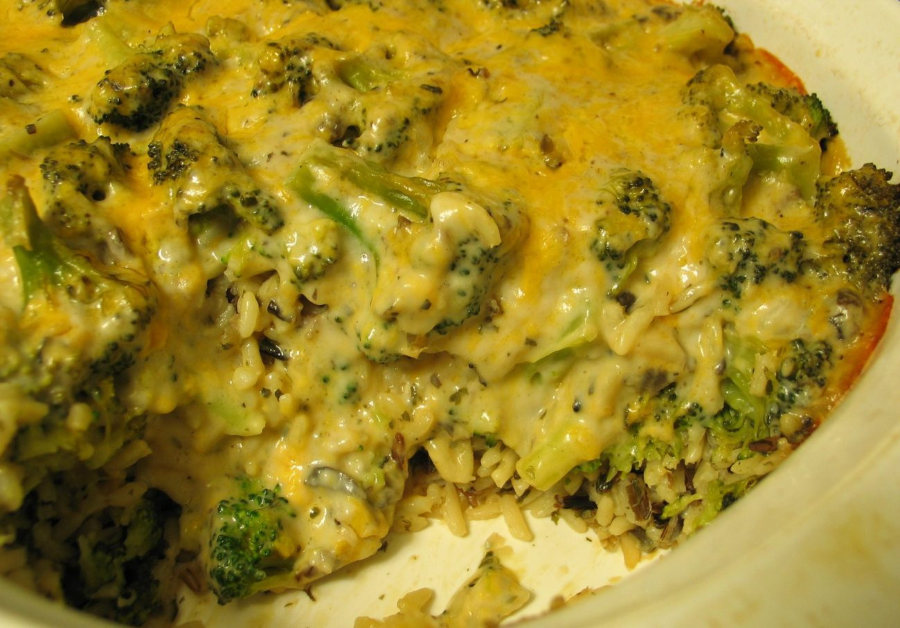 Нежная запеканка с лососем, рисом и брокколи
