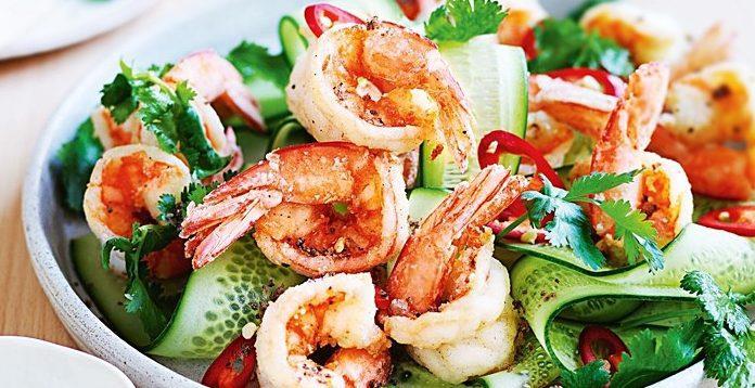 Острый огуречный салат с креветками