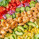 Обалденный овощной салат с креветками, авокадо и кукурузой