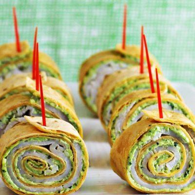 Рулетики из тортильи с песто, сыром и ветчиной - рецепт с фото