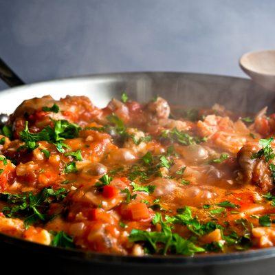 Рыба, тушеная в томате с морковью и луком - рецепт с фото