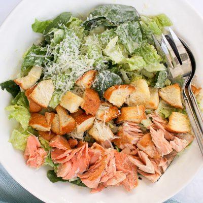 Рыбный салат с семгой и сухариками - рецепт с фото