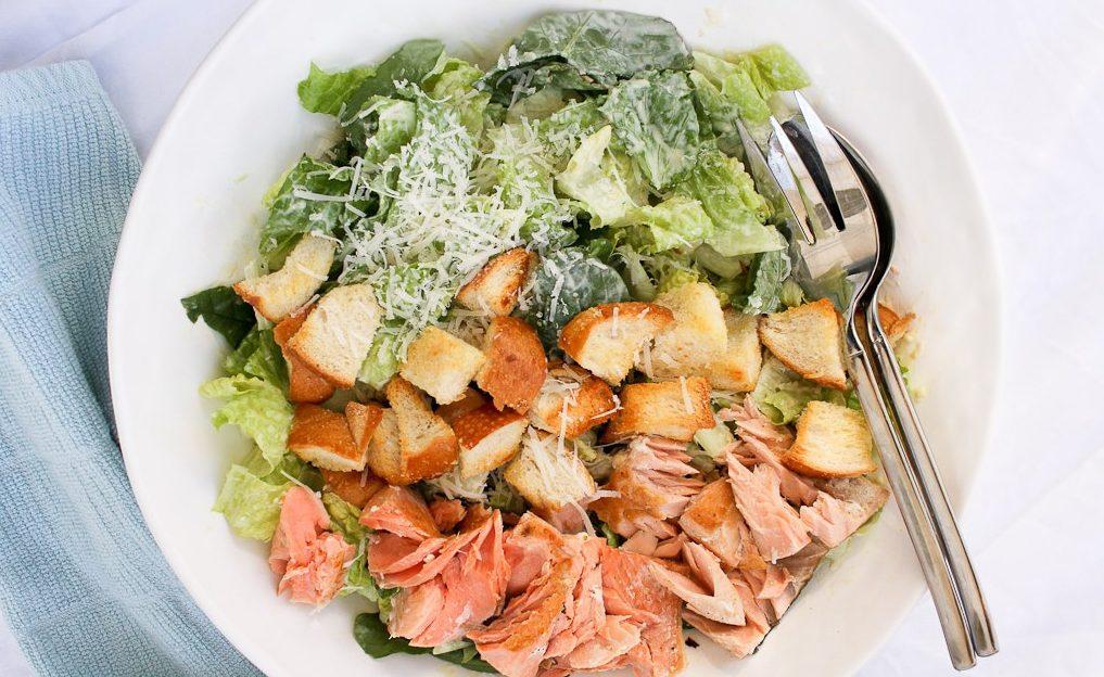 Рыбный салат с семгой и сухариками