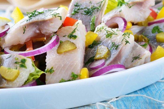 Салат из сельди с болгарским перцем и корнишонами