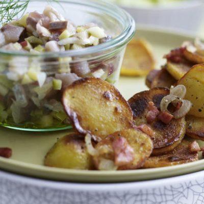 Салат из сельди, соленого огурца и яблока с жареным картофелем - рецепт с фото