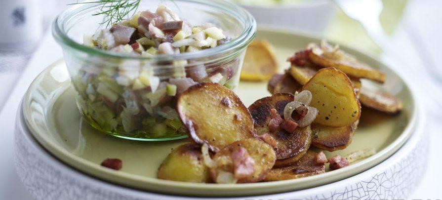 Салат из сельди, соленого огурца и яблока с жареным картофелем