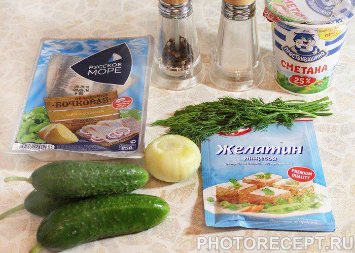 Фото рецепта - Закуска-салат из свежих огурцов и сельди - шаг 1