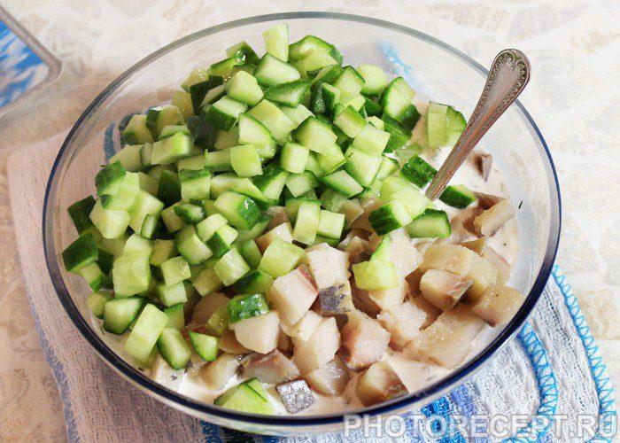 Фото рецепта - Закуска-салат из свежих огурцов и сельди - шаг 6