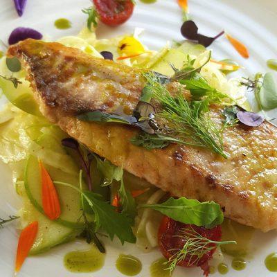 Салат из яблок и капусты с жареной рыбой - рецепт с фото