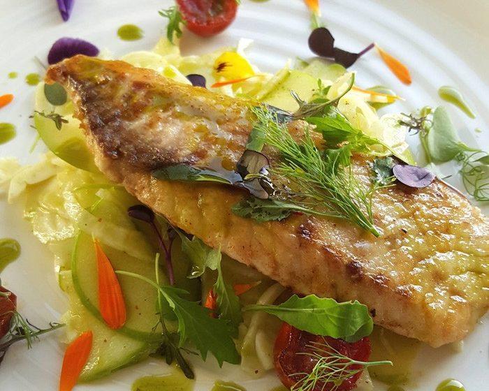 Салат из яблок и капусты с жареной рыбой