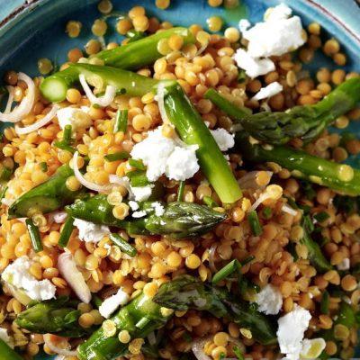 Салат с чечевицей, спаржей и козьим сыром - рецепт с фото
