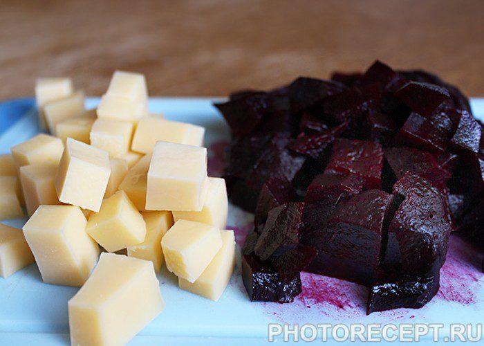 Фото рецепта - Свекольно-сырный салат на скорую руку - шаг 1