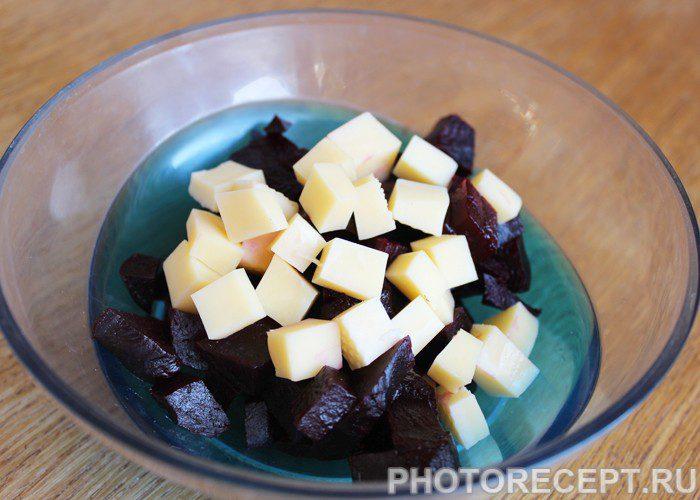 Фото рецепта - Свекольно-сырный салат на скорую руку - шаг 2
