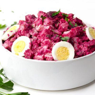 Свекольный салат с картофелем и яблоками - рецепт с фото