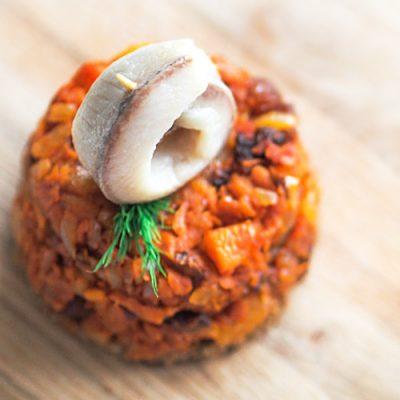 Теплый салат из моркови с сухофруктами и сельдью - рецепт с фото