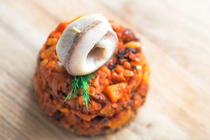 Теплый салат из моркови с сухофруктами и сельдью
