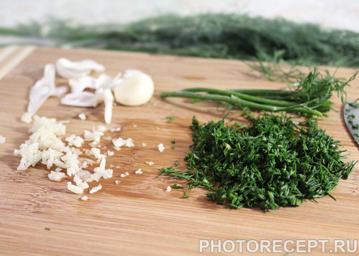 Фото рецепта - Весенний салат с редисом и яйцом - шаг 3
