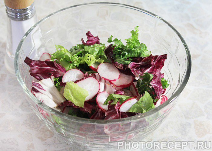 Фото рецепта - Весенний салат с редисом и яйцом - шаг 7