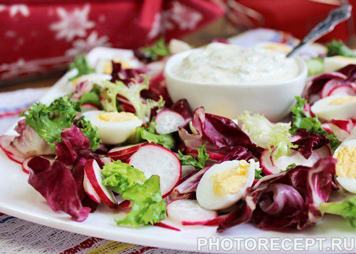 Фото рецепта - Весенний салат с редисом и яйцом - шаг 8