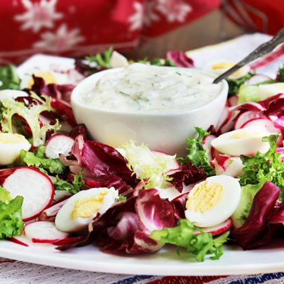 Весенний салат с редисом и яйцом - рецепт с фото