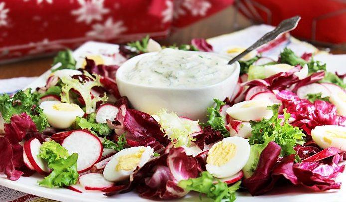 Весенний салат с редисом и яйцом