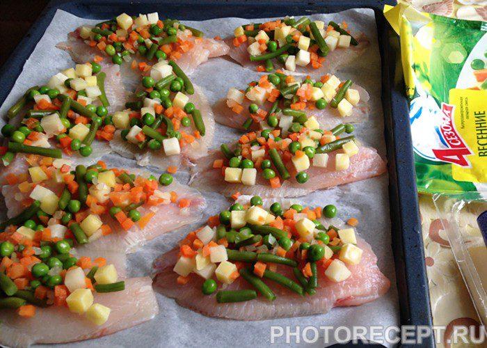Фото рецепта - Запеченное рыбное филе с овощами и сыром - шаг 3