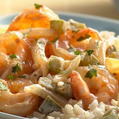 Жареные креветки в сметане с перцем и луком - рецепт с фото