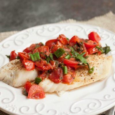 Диетическое блюдо – запеченная камбала с помидорами - рецепт с фото