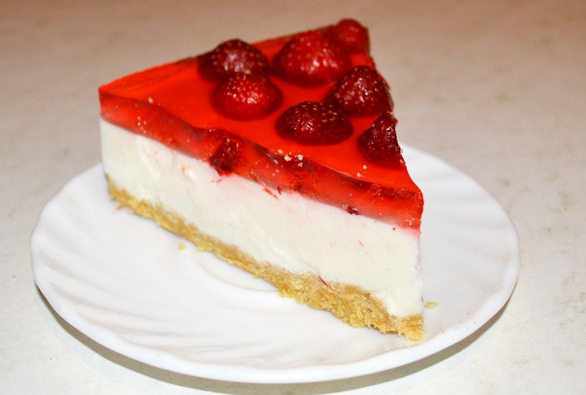 Творожно-желейный торт с клубникой