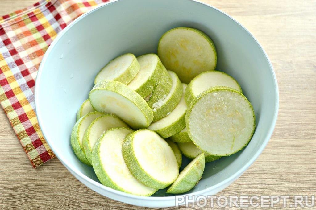 Фото рецепта - Кабачки с помидорами и сыром в духовке - шаг 1