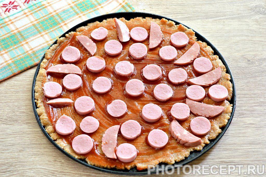 Фото рецепта - Вкусная пицца с сосисками и копченой колбасой - шаг 2