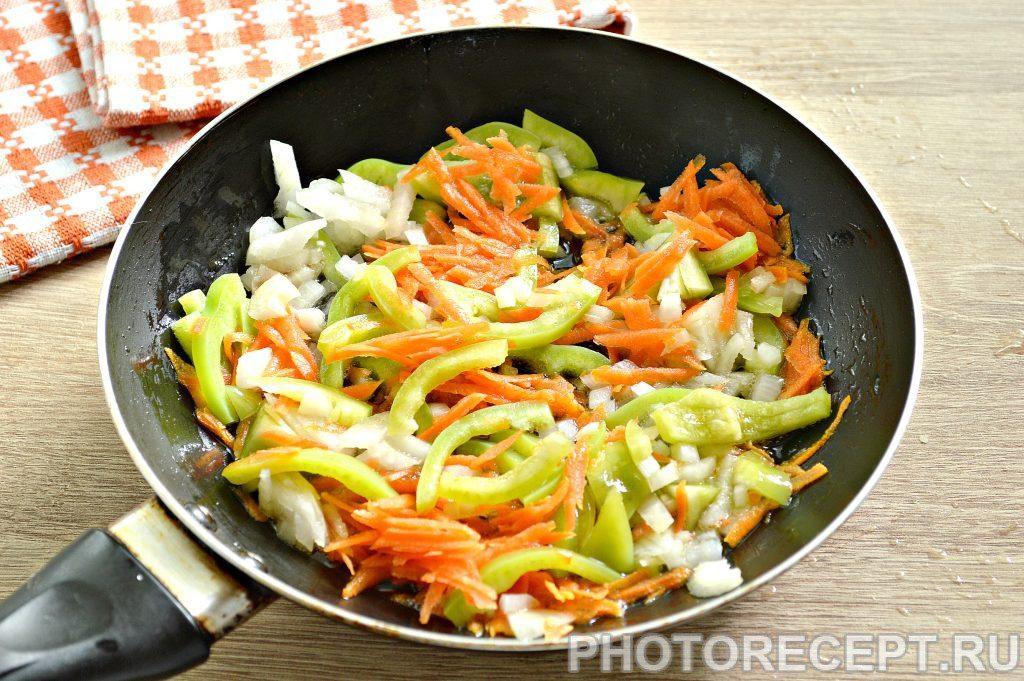 Фото рецепта - Печень куриная, тушеная с овощами на сковороде - шаг 2
