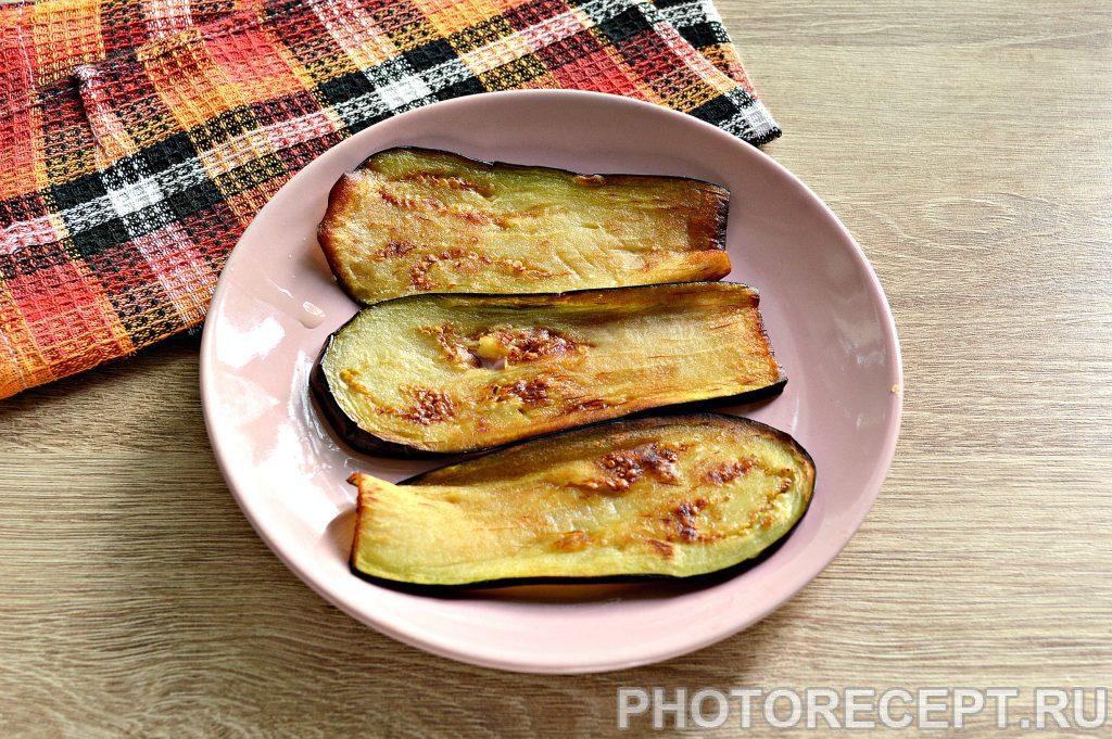 Фото рецепта - Вкусные рулетики из баклажан с корейской морковкой и помидорами - шаг 2