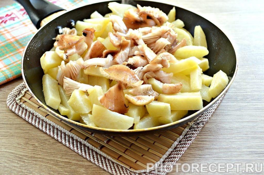 Фото рецепта - Картофель, жаренный с опятами и овощами - шаг 2