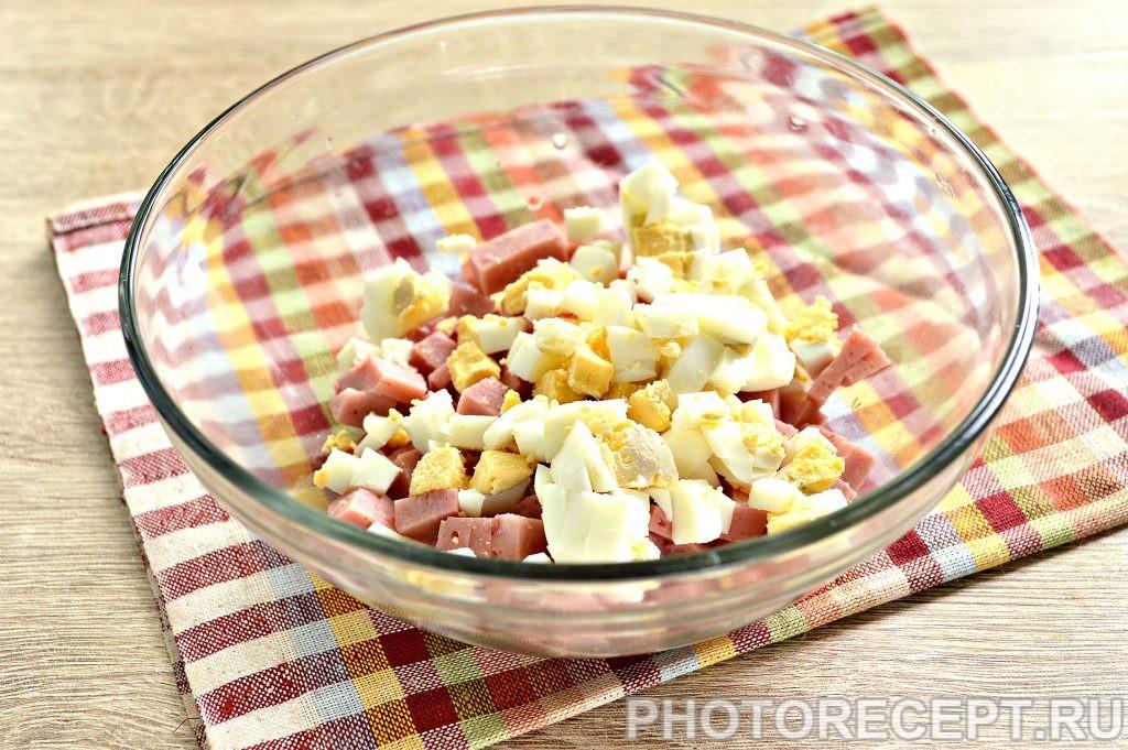 Фото рецепта - Простой салат с ветчиной и крабовыми палочками - шаг 2