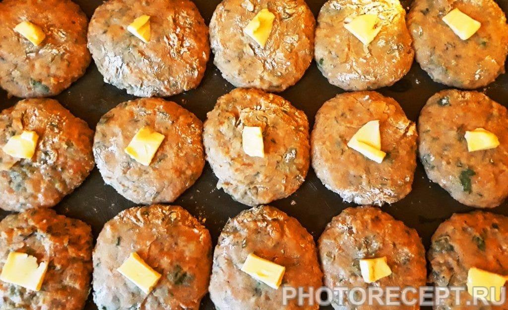Фото рецепта - Рыбные котлеты с плавленым сыром, запеченные в духовке - шаг 8
