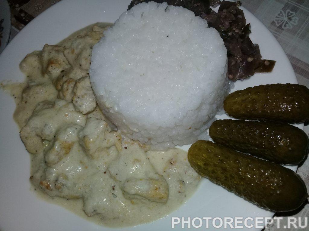 Фото рецепта - Куриное мясо с грибами в белом соусе - шаг 5