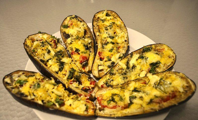 Запечёные баклажаны с овощами и сыром