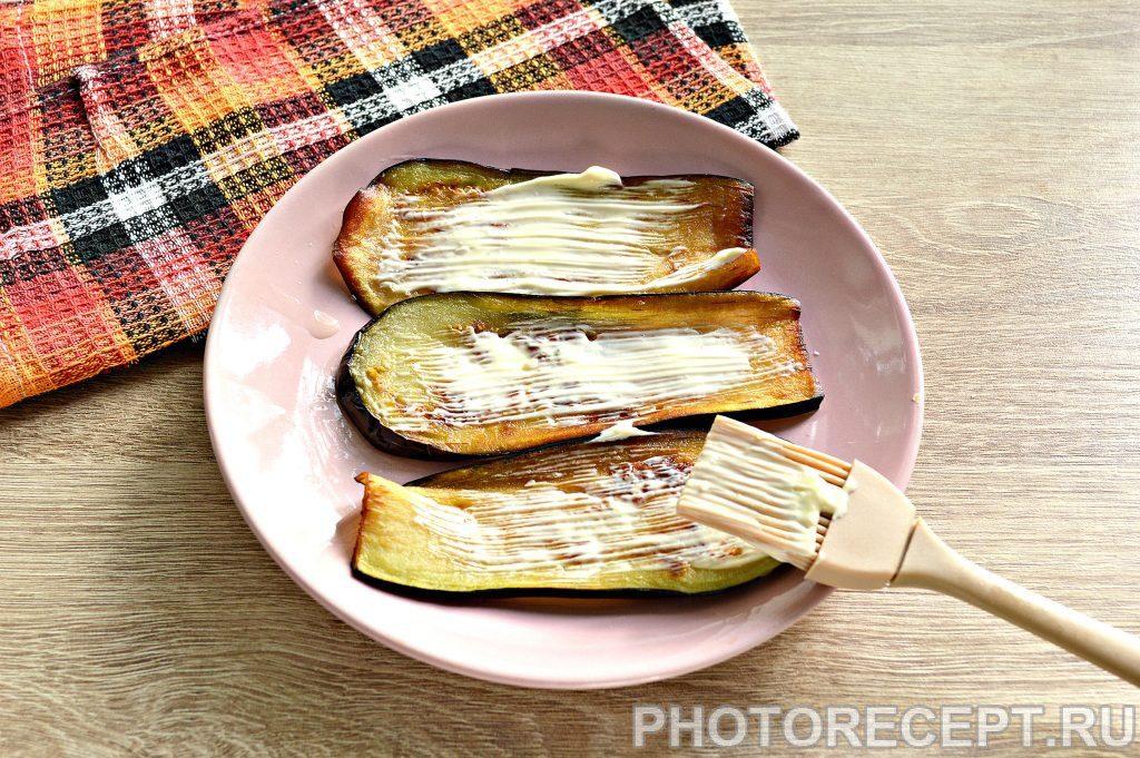 Фото рецепта - Вкусные рулетики из баклажан с корейской морковкой и помидорами - шаг 3