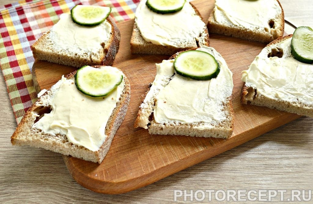 Фото рецепта - Бутерброды с соленой горбушей - шаг 3