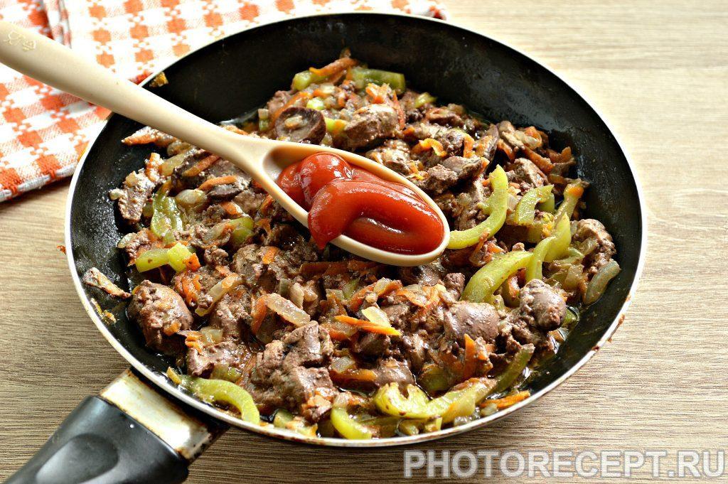 Фото рецепта - Печень куриная, тушеная с овощами на сковороде - шаг 4
