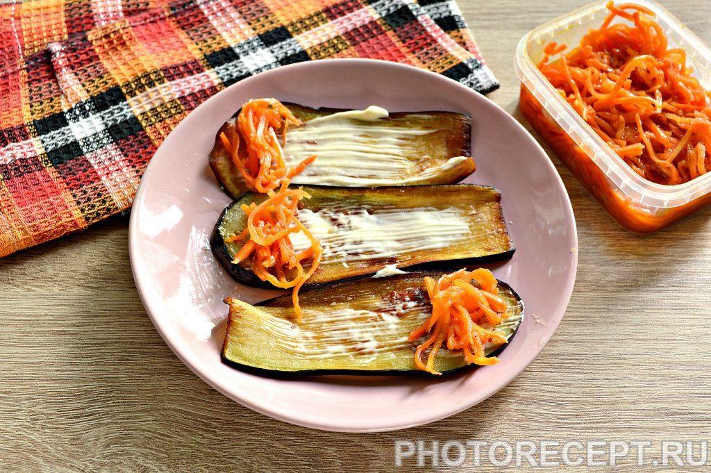 Фото рецепта - Вкусные рулетики из баклажан с корейской морковкой и помидорами - шаг 4
