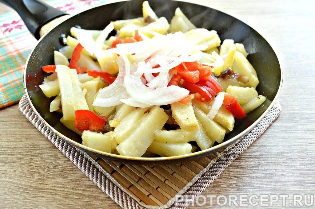 Фото рецепта - Картофель, жаренный с опятами и овощами - шаг 4