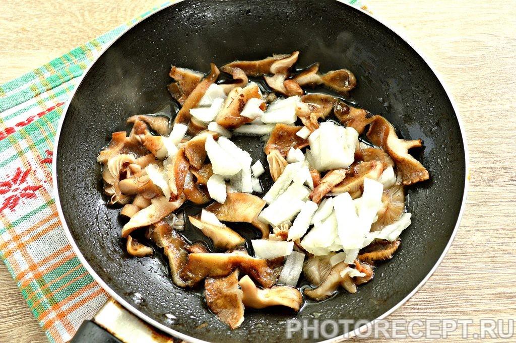 Фото рецепта - Картофельное пюре с жареными грибами и луком - шаг 4