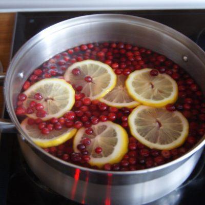 Фото рецепта - Имбирно-клюквенный морс с лимоном - шаг 4