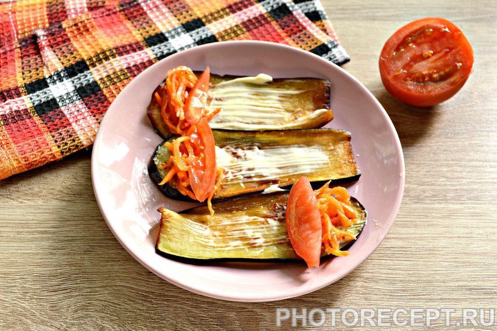 Фото рецепта - Вкусные рулетики из баклажан с корейской морковкой и помидорами - шаг 5