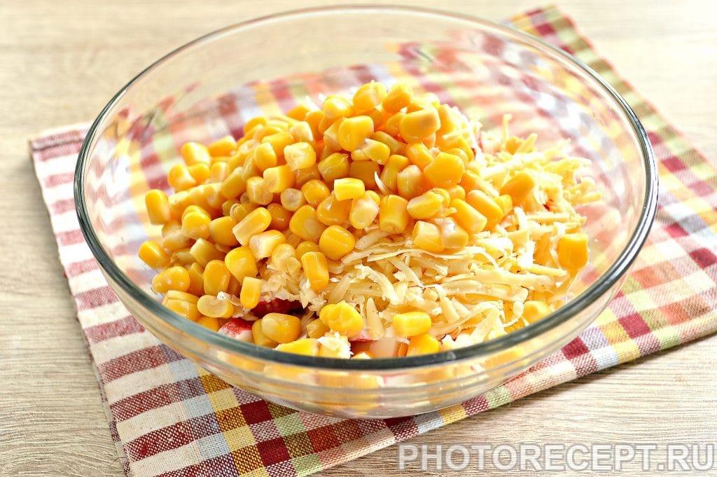 Фото рецепта - Простой салат с ветчиной и крабовыми палочками - шаг 5