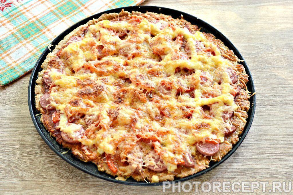Фото рецепта - Вкусная пицца с сосисками и копченой колбасой - шаг 6