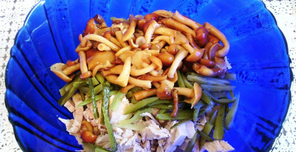 Фото рецепта - Мясной салат с грибами - шаг 5