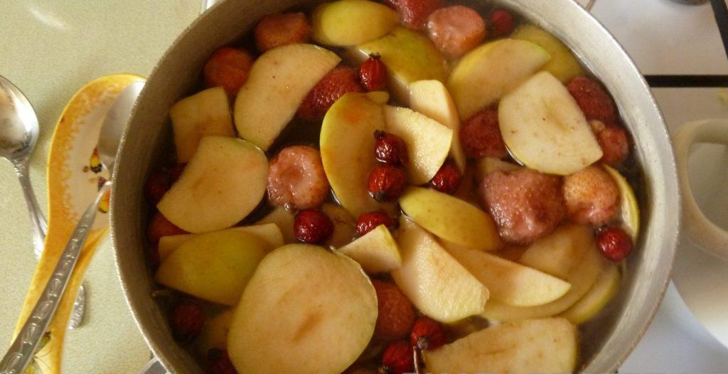 Фото рецепта - Компот из ягод и фруктов - шаг 2